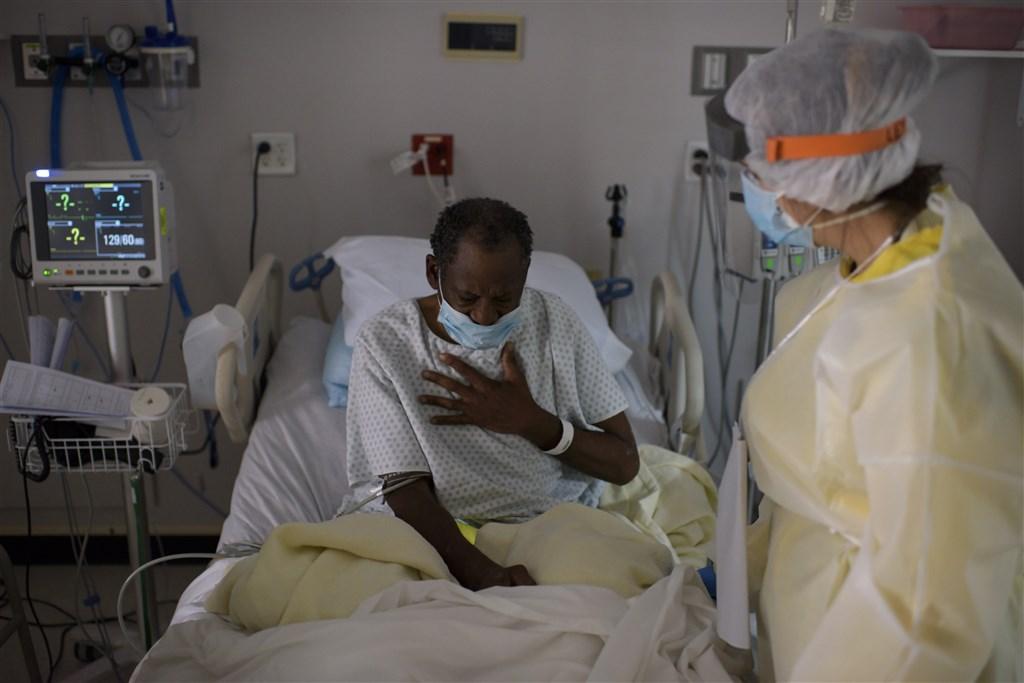 美國9日出現單日新型冠狀病毒確診超過6萬例的新高,10天內6度改寫單日新增確診紀錄,確診暴增大多是因南部、西部一些過早趕在第一批就解封的州。圖為德州醫護人員照顧病人。(法新社提供)
