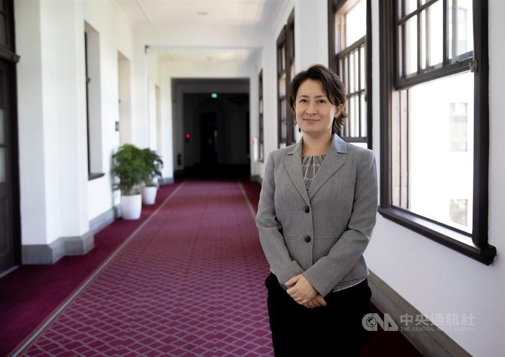國家安全會議諮詢委員蕭美琴7月下旬將赴任駐美代表,她10日接受中央社專訪時說,台北精華區、台灣最偏遠的角落都曾是她的選區,過去的歷練讓她對台灣的社會有更全面了解,而她未來要代表台灣新的價值在美國,「我覺得(過去的經驗)應該是助力」。中央社記者謝佳璋攝 109年7月11日