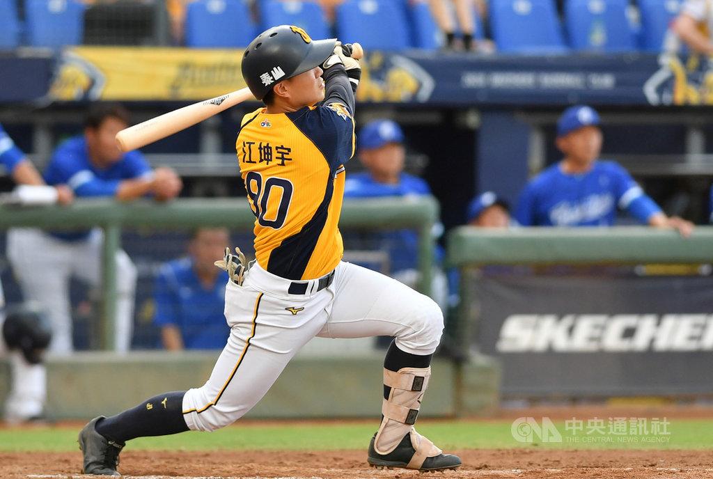 中職中信兄弟隊江坤宇11日出賽,4局下轟出滿貫全壘打,為生涯首發滿貫砲,也成為隊史最年輕、中職史上第3年輕敲出滿貫砲的球員。中央社記者張新偉攝 109年7月11日