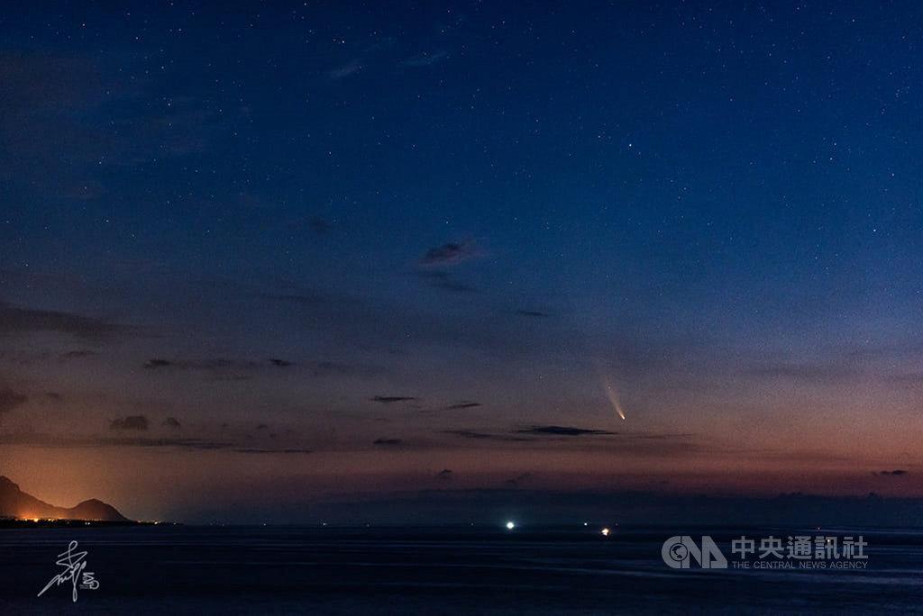 今年3月被發現的NEOWISE彗星,11日清晨劃過太平洋上空,台東天文迷李明國捕捉到這顆彗星拖曳的光影。(李明國提供)中央社記者盧太城台東傳真 109年7月11日