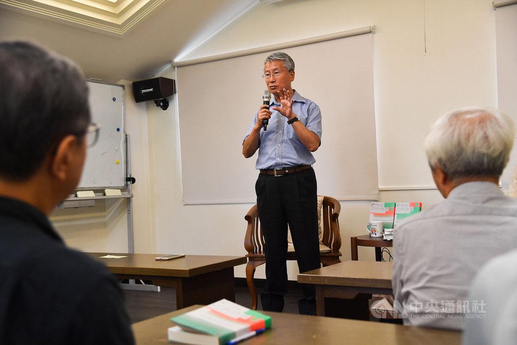 「新世紀20年詩選」新書發表會11日下午在台北紀州庵文學森林舉行,由全書主編、詩人蕭蕭(中)主講,與民眾分享編選歷程。中央社記者林俊耀攝 109年7月11日