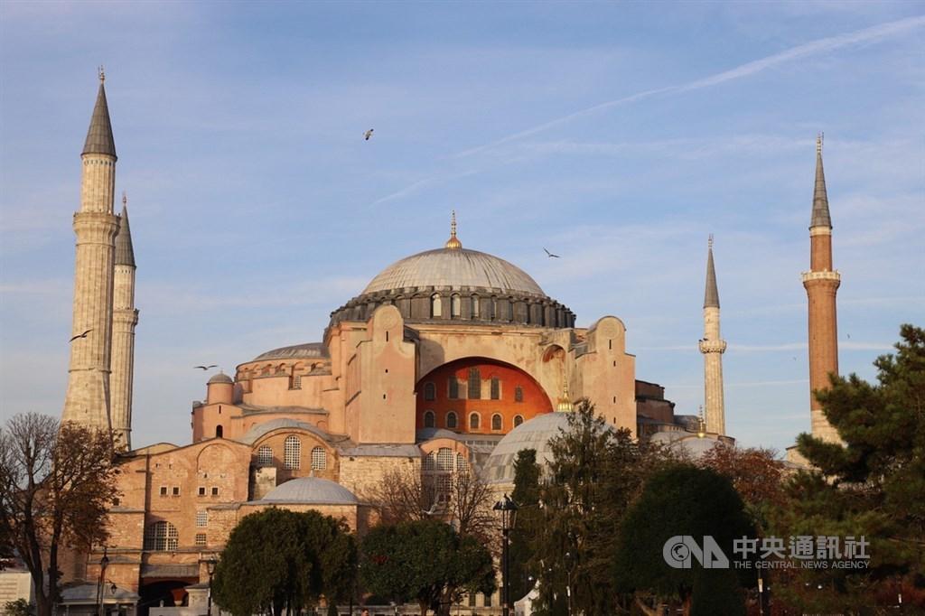 土耳其總統艾爾段無視國際關切的呼聲,在法院針對攸關世界遺產聖索菲亞(圖)定位作出重大裁定後兩小時就簽署命令,使此一歷史建築從博物館恢復成清真寺。(中央社檔案照片)