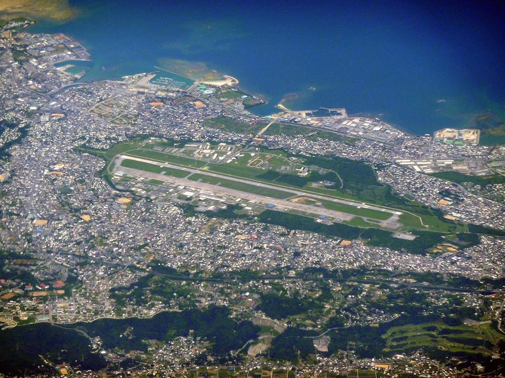 日本琉球新報電子版報導,沖繩縣的美軍基地逾60人感染武漢肺炎,其中38人隸屬於普天間飛機場基地(圖)。(圖取自維基共享資源網頁;作者Sonata,CC BY-SA 3.0)