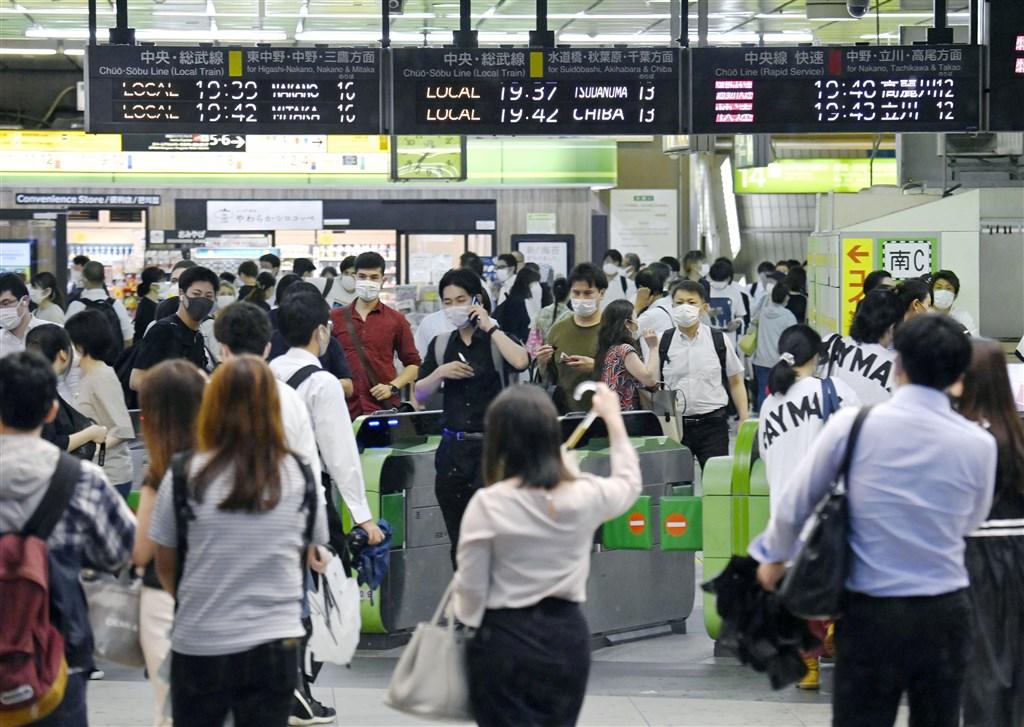 日本東京都武漢肺炎疫情持續升溫,11日單日確診病例新增206例,首度連續3天破200例。圖為9日JR新宿站乘客戴口罩搭乘大眾運輸。(共同社提供)