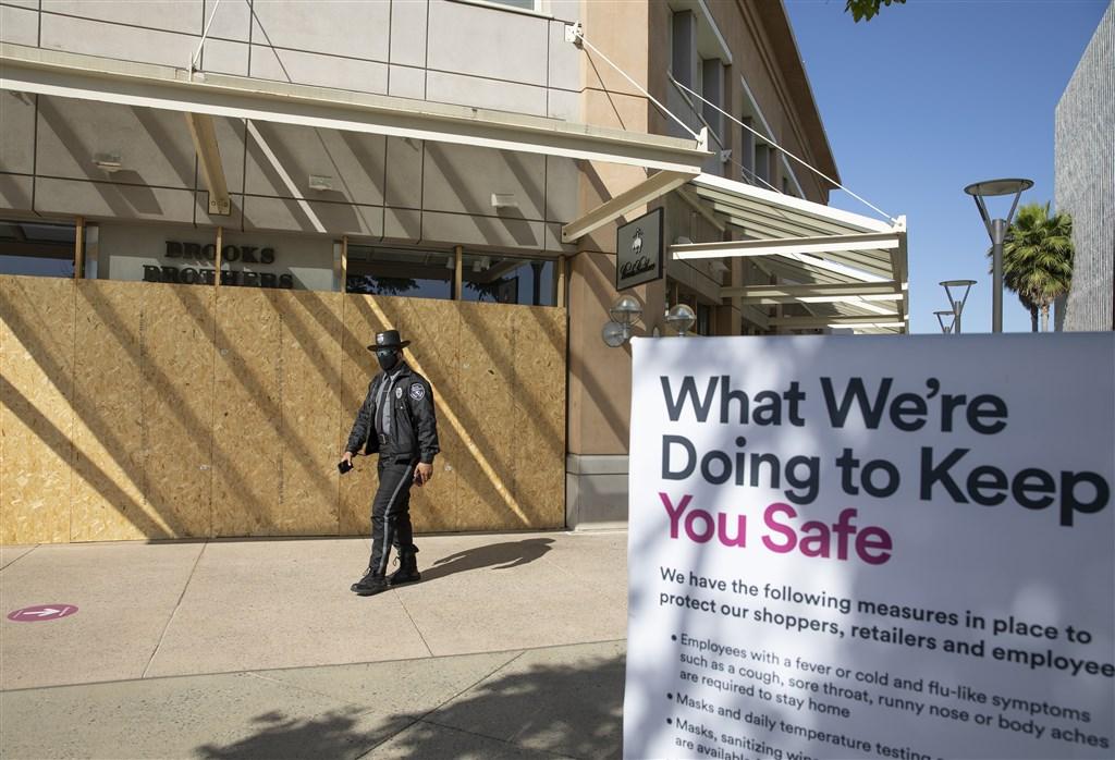 世界衛生組織7月10日公布,全球新增武漢肺炎病例創下新高紀錄,24小時增加22萬8102例。圖為6月26日美國加州購物中心保全人員巡邏。(中新社提供)