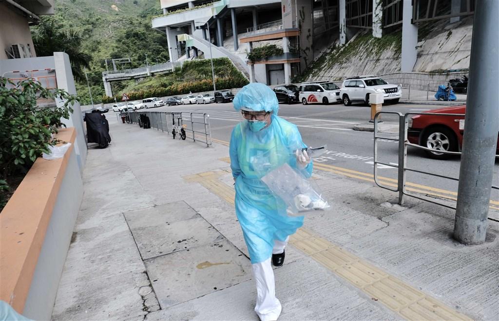 香港11日新增29例武漢肺炎確診,其中17例為本土病例,12例為境外移入。圖為醫護人員前往檢疫中心。(中新社提供)