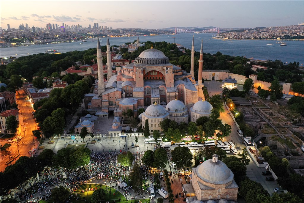 在土耳其最高行政法院對攸關世界遺產聖索菲亞定位作出重大裁定後,土耳其總統艾爾段就立刻簽署命令,使聖索菲亞從博物館恢復成清真寺,24日將開放祈禱。圖為10日土耳其民眾在聖索菲亞廣場晚禱。(安納杜魯新聞社提供)