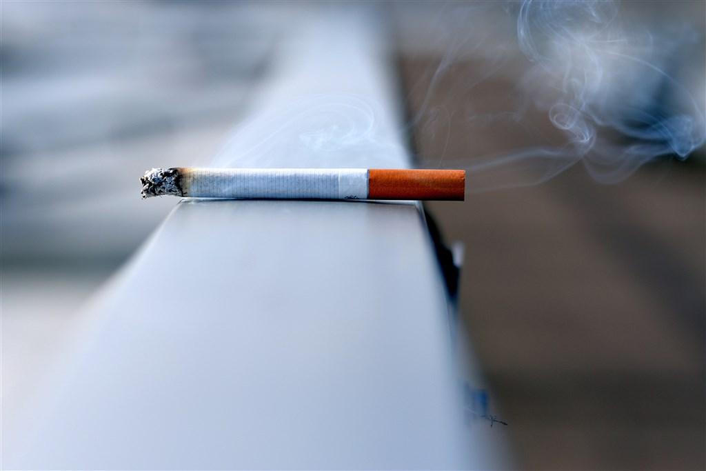 醫師提醒,肺阻塞在台灣一年奪走5000條性命,患者90%以上都是老菸槍,「咳、痰、喘」症狀是重要警訊,務必戒菸並就醫治療。(示意圖/圖取自Unsplash圖庫)
