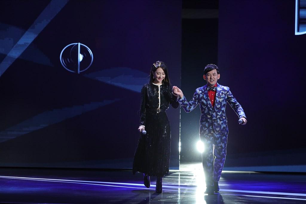 主持人黃子佼(右)接在林志玲後上臺,再公佈第2個彩蛋,請出搭檔柯佳嬿(左),這也是柯佳嬿的主持處女秀。(臺北電影節提供)