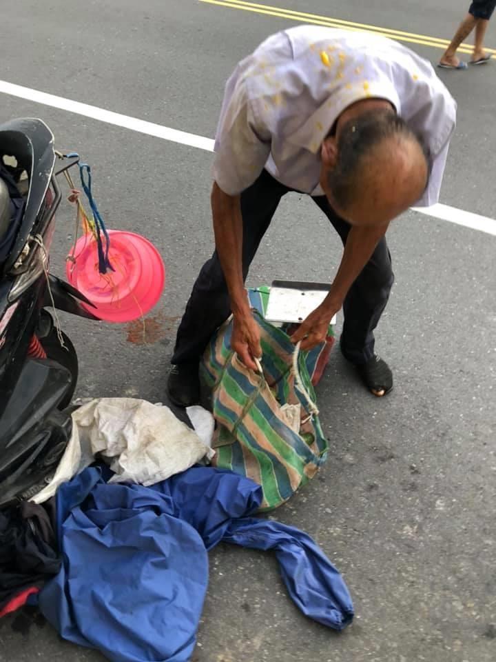 台南市胡姓老翁10日在善化區賣芒果,卻遭對方拿芒果砸,揭露此事的網友在網路上分享當時照片。(圖取自爆料公社網頁bc3ts.com)