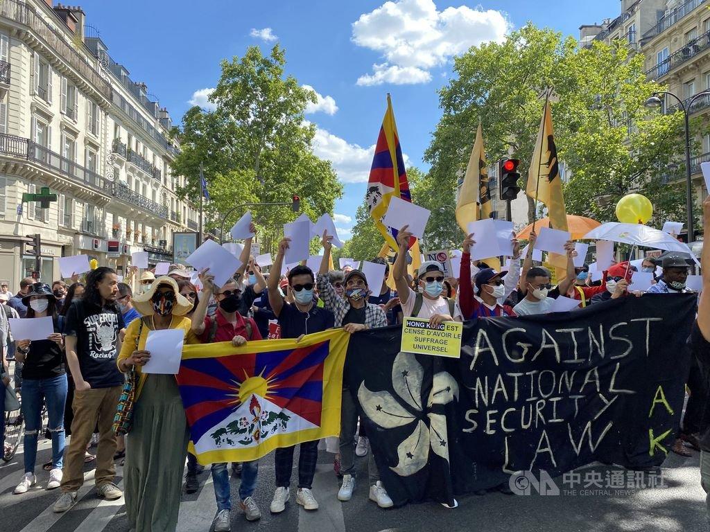 法國數個民間團體11日共同舉辦首場反香港國安法遊行,約有400名不同族群、國籍的民眾參與。遊行中民眾手舉白紙,象徵性地向中國獨裁政權表達不滿。中央社記者曾婷瑄巴黎攝 109年7月12日