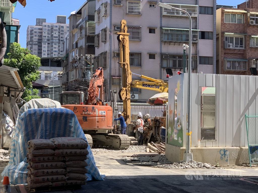 新北市永和區文化路113巷11日發生集合住宅新建工程施工不慎造成地面塌陷,後續將進行補強性灌漿作業。中央社記者葉臻攝 109年7月12日