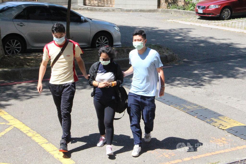 一名38歲印尼籍女移工(中)涉嫌以介紹工作為由,向其他外籍女子詐得新台幣數萬元,因未到案而遭通緝,12日在桃園被逮,經查女子疑感染愛滋病,移民署將儘速將她遣返。(讀者提供)中央社記者魯鋼駿傳真 109年7月12日