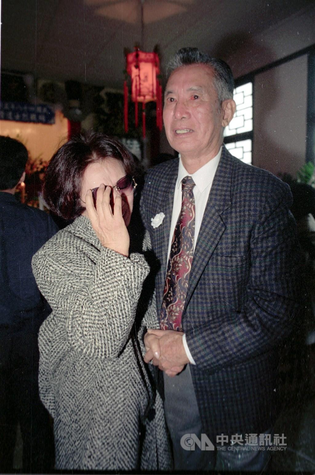 空軍黑蝙蝠34中隊長趙欽(右)12日以97歲高齡辭世。圖為趙欽1992年出席黑蝙蝠中隊14名殉職烈士靈骨存厝典禮。(中央社檔案照片)
