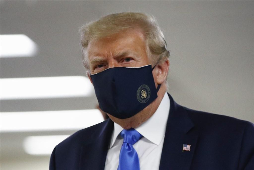 武漢肺炎疫情持續肆虐全美,總統川普終於屈服於外界要求他樹立公衛典範的強烈壓力,11日首度在公開場合戴口罩。(美聯社)