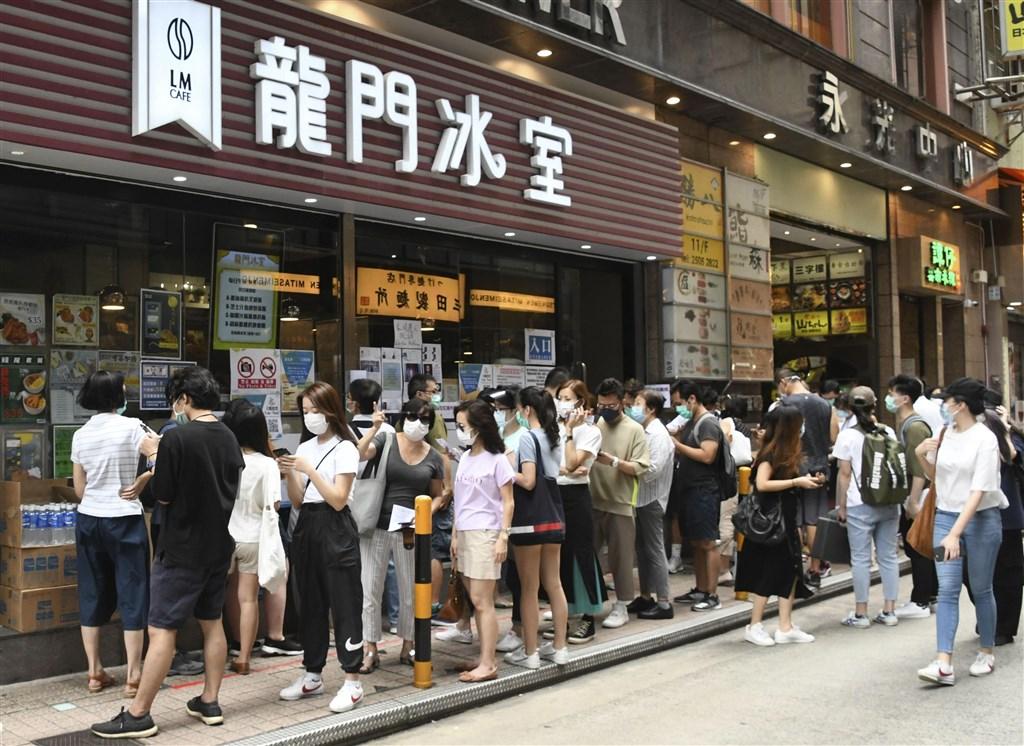 為期2天的香港民主派立法會議員初選投票12日晚間9時結束,總計參與民主派初選投票的港人將近60萬人。圖為香港街頭排隊參與初選投票民眾。(共同社提供)