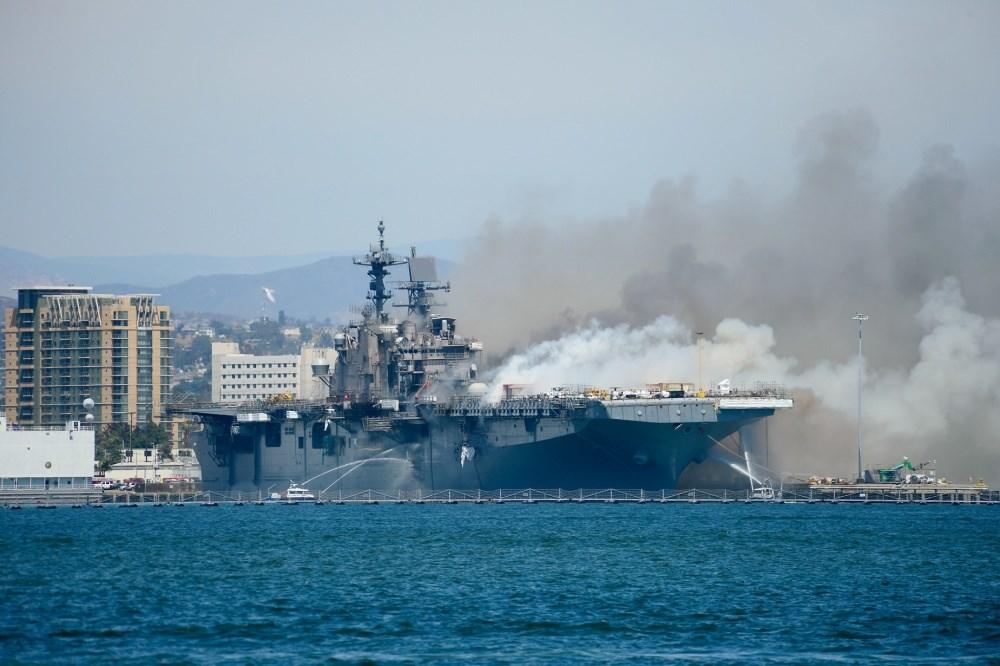 靠泊在加州聖地牙哥海軍基地的美軍兩棲攻擊艦「好人理查號」12日爆炸起火,至少21人受傷。(圖取自facebook.com/SurfaceWarriors)