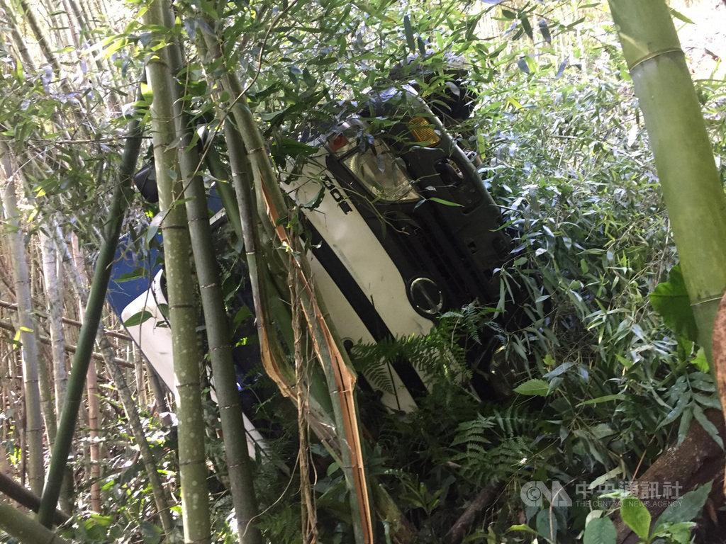 一輛載了10餘名採茶工人的貨車13日上午行經阿里山鄉達邦村日野賀產業道路時,疑似輪胎輾壓到石頭,因而失控撞入一旁邊坡竹林,3人被拋出車外,10餘人受傷送醫。(警方提供)中央社記者蔡智明傳真 109年7月13日
