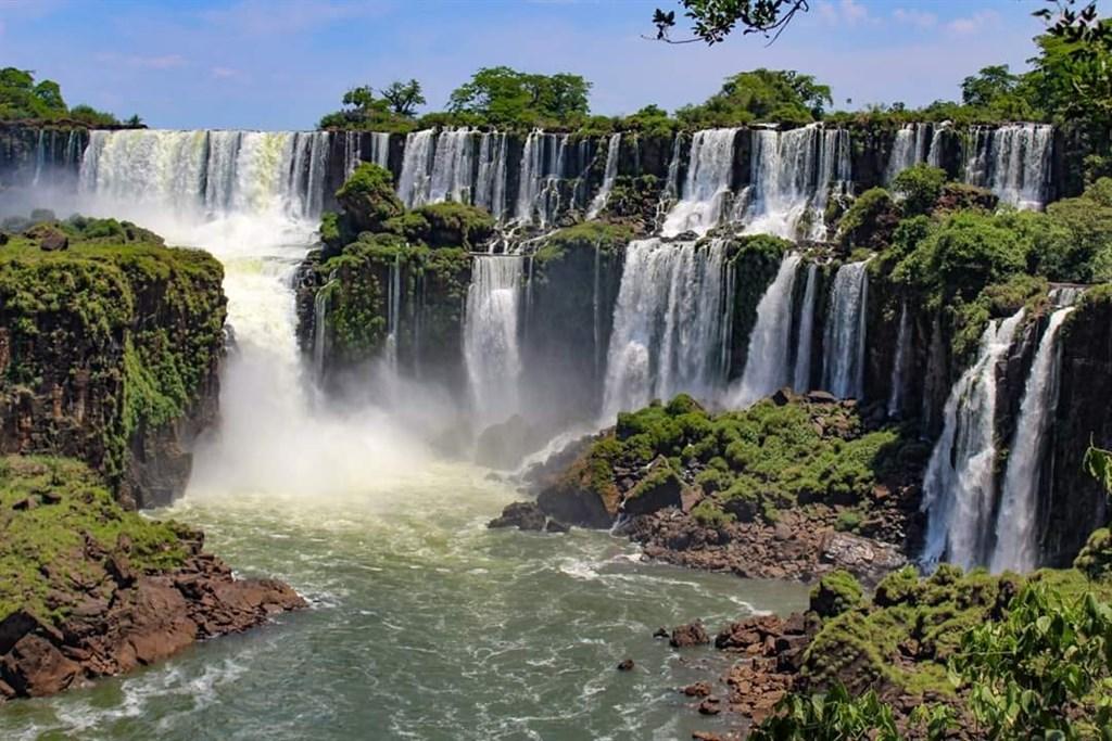 因武漢肺炎已關閉超過3個月的阿根廷伊瓜蘇國家公園11日重新開放,初期僅週末每日開放200個名額給當地居民入園參觀。(圖取自facebook.com/iguazuparquenacional)