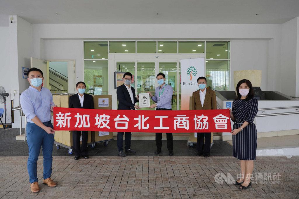 新加坡台北工商協會7日捐贈口罩給新加坡仁慈醫院,圖為會長楊正祺(後排左2)與協會成員等人合影。中央社記者黃自強新加坡攝 109年7月13日