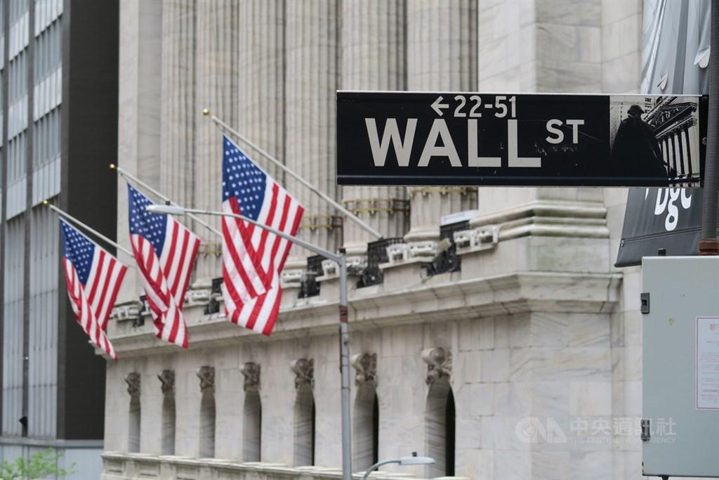 在武漢肺炎疫苗研發有進展的正面消息激勵下,華爾街股市13日開盤走高,道瓊工業指數上漲超過200點。圖為華爾街路標與紐約證券交易所。(中央社檔案照片)