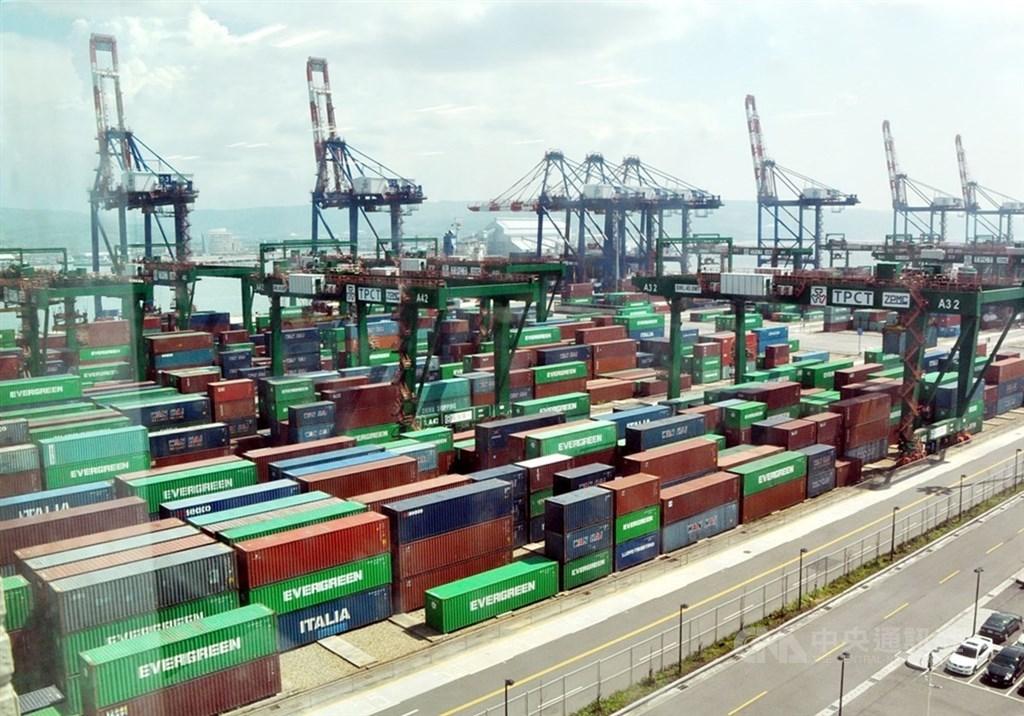 國發會委員會議13日通過110至113年國家發展計畫,未來4年平均經濟成長率區間目標2.6%至3.4%。圖為台北港貨櫃碼頭。(中央社檔案照片)