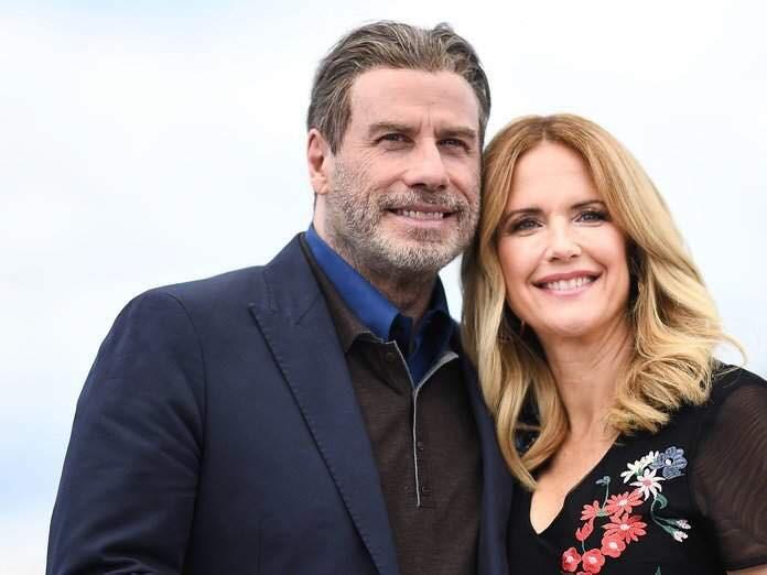 美國男星約翰屈伏塔(左)表示,他的女演員妻子凱莉普瑞斯頓(右)12日因乳癌病逝,享年57歲。(圖取自facebook.com/johntravolta)