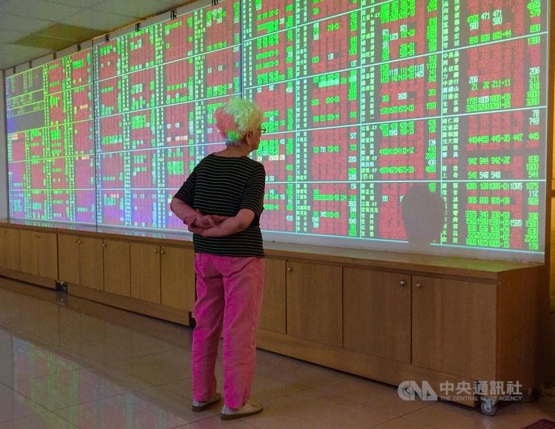 台北股市13日開高走高,收盤漲137.88點,為12211.56點,漲幅1.14%,成交金額新台幣2092.52億元。(中央社檔案照片)