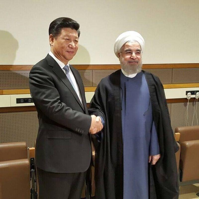 紐約時報報導,伊朗和中國計劃簽署長達25年合作協議,內容涵蓋貿易投資和軍事安全層面。圖為2015年中國國家主席習近平 (左起)與伊朗總統羅哈尼會面。(圖取自facebook.com/HRouhaniOfficial)