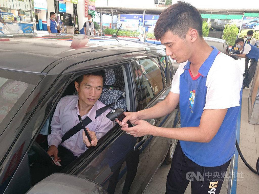 中油宣布,全台600多家自營加油站,15日起將開放使用LINE Pay、街口支付等行動支付APP,讓加油付款更方便。(中油提供)中央社記者楊舒晴傳真 109年7月14日