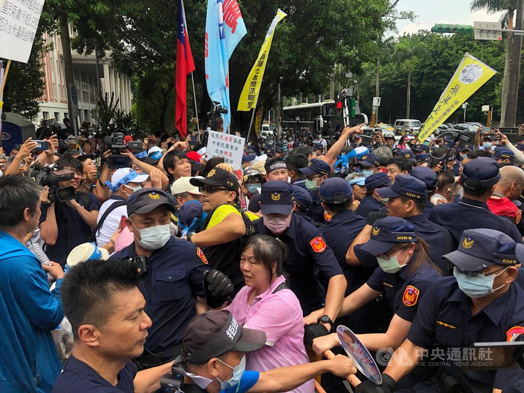 反對陳菊出任監察院長,國民黨14日在立法院外發動陳抗,群眾一度與警方爆發推擠衝突。中央社記者王承中攝  109年7月14日