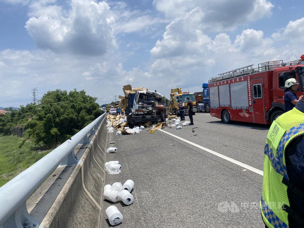國道3號北向371.2公里田寮路段14日發生營業大貨車及營業半聯結車碰撞的交通事故,造成1人死亡、1人受傷,貨物散落一地。(第五公路警察大隊提供)中央社記者王淑芬傳真 109年7月14日