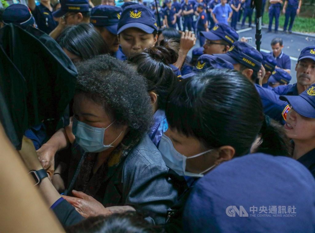 立法院臨時會因藍綠衝突議事癱瘓,監察院長被提名人陳菊14日中午前離開立院。中央社記者王騰毅攝 109年7月14日
