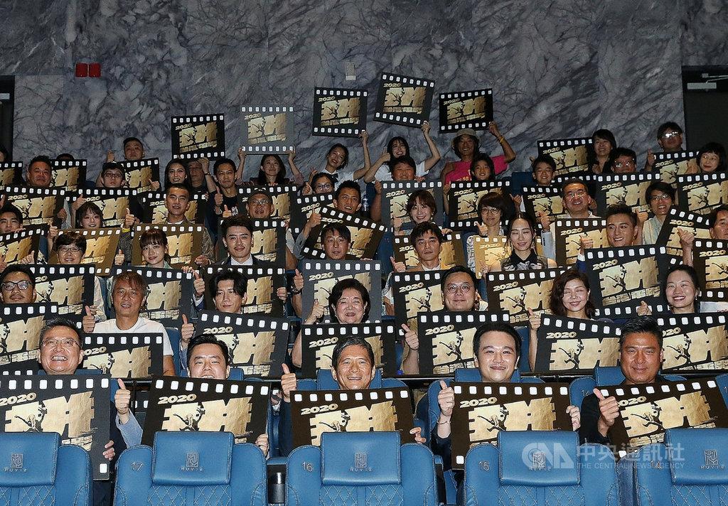 「台灣電影起飛大聯盟」14日在台北舉辦「國片起飛一起拚」記者會,文化部長李永得(前中)等人出席與會,影城業者、國片劇組成員到場響應,眾人皆期待能找回電影院人流,讓國片被更多人看見。中央社記者郭日曉攝 109年7月14日