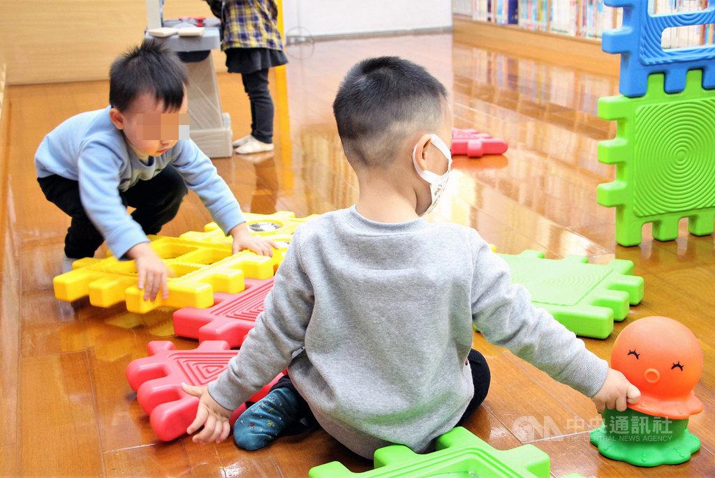 新北市立圖書館金山及石門分館,啟用免費融合玩具服務,提供親子及有早療需求的兒童使用。中央社記者葉臻攝 109年7月14日