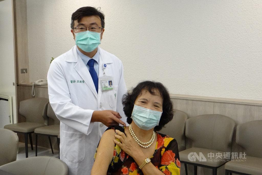 台南市一名李姓女子(右)因車禍導致頸部脊椎損傷,經手術治療及復健後,肩頸疼痛感卻一直存在,奇美醫學中心神經外科主治醫師洪翊傑(左)評估後以介入性疼痛治療加以緩解。中央社記者楊思瑞攝 109年7月14日