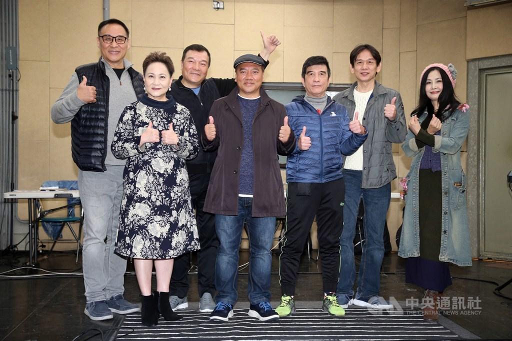 民歌45高峰會2月23日在台北國際會議中心舉行,民歌手王瑞瑜(左起)、邰肇玫、李明德、施孝榮、葉佳修、殷正洋、于台煙等人10日齊聚練唱。(中央社檔案照片)