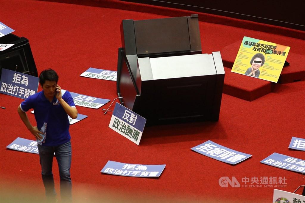 立法院臨時會14日預定審查監察院長被提名人陳菊,國民黨立委占據主席台,並推倒發言台與質詢台,誓言守住議場,不讓陳菊上台接受詢問。中央社記者王騰毅攝 109年7月14日