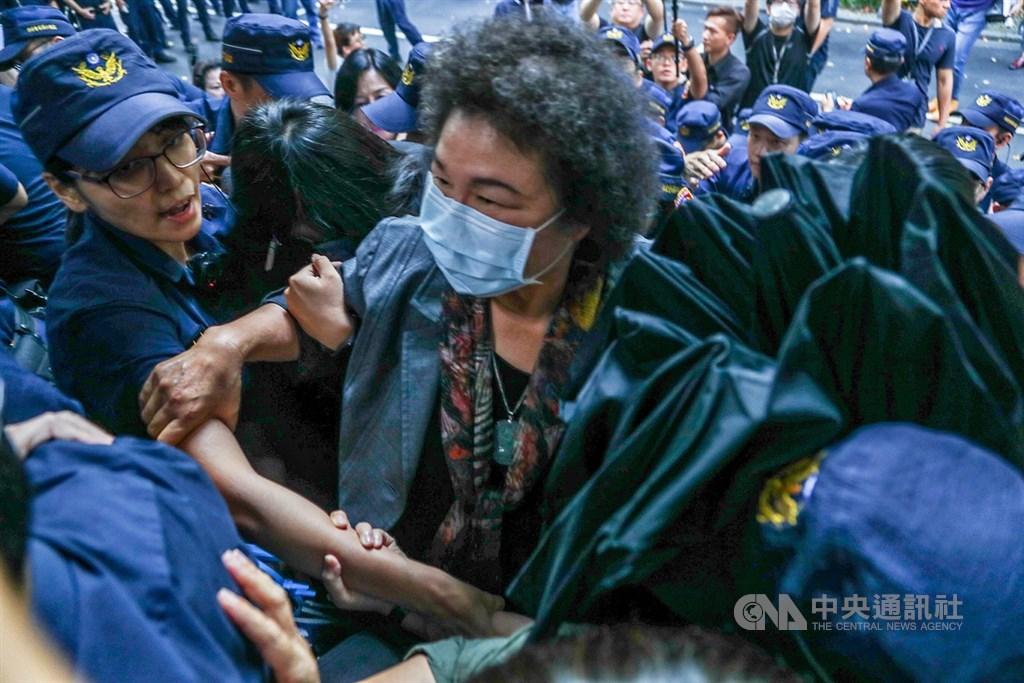 立法院臨時會14日將審查監察院長被提名人陳菊(中),立法院內維安升級,在藍綠立委混戰中,陳菊突圍進入議場。中央社記者王騰毅攝 109年7月14日
