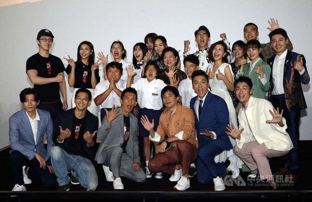 台灣電影圈在文化部影視及流行音樂產業局協助下,成立「台灣電影起飛大聯盟」,14日推出「國片起飛一起拚」活動,至少有22部國片響應,劇組演員出席與會,盼齊心協力扶持國片。中央社記者郭日曉攝 109年7月14日