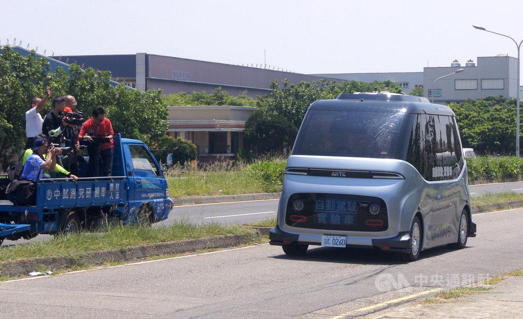 全台第一輛自駕小巴士15日上路,這輛由財團法人車輛研究測試中心(ARTC)等單位研發的自駕小巴,全車零件都是台灣自製,第一階段運行將行駛彰濱工業區的白蘭氏健康博物館、緞帶王觀光工廠等景點,全長約7.5公里。中央社記者吳哲豪彰化攝 109年7月14日