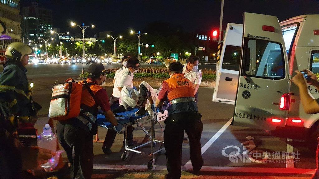 鄰近監察院的一座天橋14日晚間驚傳有男子自焚,台北市消防局獲報後立即派員到場,將男子緊急送醫搶救,傷者身分和自焚動機皆待釐清。(珍惜生命,生命一定可以找到出路。若須諮商或相關協助,可撥衛福部專線「1925」、生命線專線「1995」或張老師服務專線「1980」。)(翻攝照片)中央社記者黃麗芸傳真 109年7月14日