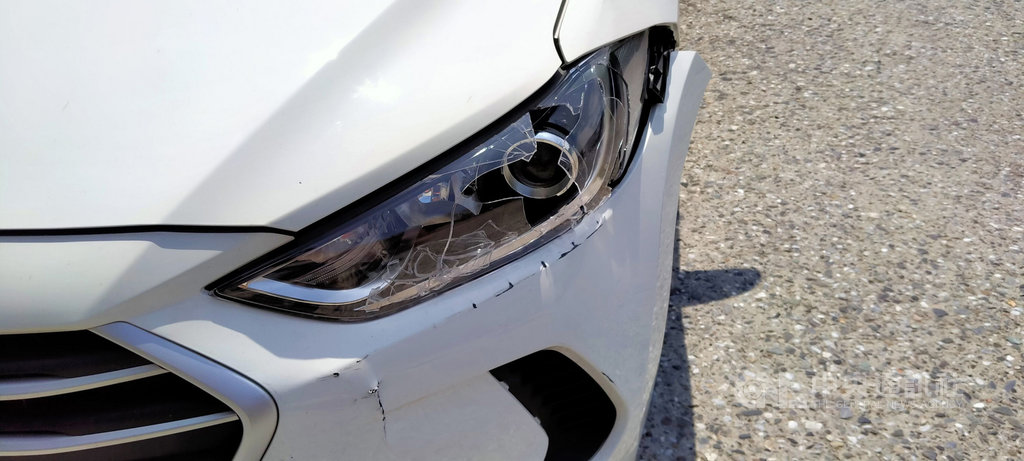 基隆警方14日上午發現疑似通緝犯使用休旅車,一路尾隨至加油站,下車盤查時,駕駛卻倒車衝撞並加速逃逸,造成一輛白色車輛(圖)車燈破裂和前保險桿受損。中央社記者王朝鈺攝  109年7月14日