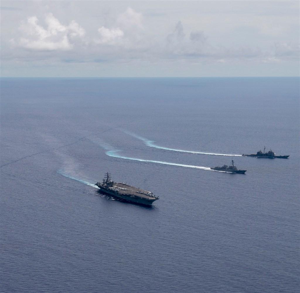 美國國務卿蓬佩奧13日表示,與東南亞國家站在一起,中國爭取南海爭議水域的資源完全不合法。圖為美國海軍航空母艦6日在南海進行演習。 (圖取自facebook.com/USPacificFleet)