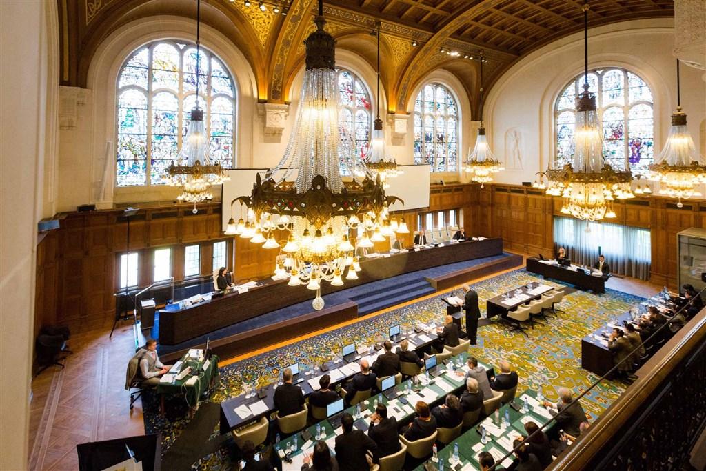 設於海牙的常設仲裁法院將於12日下午就菲律賓提出的南海案公布仲裁結果。圖為仲裁庭2015年7月間召開聽證會的情形。 (翻攝於常設仲裁法院官網) 中央社記者林行健馬尼拉傳真 105年7月11日