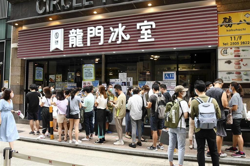 北京港澳辦14日批評香港泛民主派舉行立法會選舉初選,聲稱此舉「公然挑戰港區國安法」。圖為11日香港民眾排隊參與泛民主派立法會選舉。(共同社提供)
