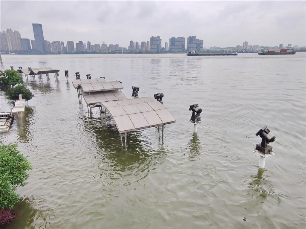 長江流域洪患未息,14日漢口龍王廟觀景亭被江水淹沒。(中新社提供)