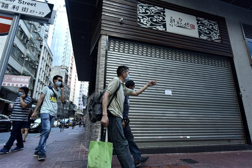 香港持續大幅新增武漢肺炎病例,14日新增48宗,其中40宗為本土傳染個案。(中新社提供)