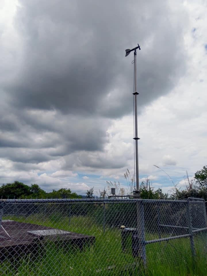 氣象局長鄭明典日前在臉書上分享南投測站照片,表示溫度感應器太靠近水泥地了,高溫數值易有誤差。。(圖取自facebook.com/mdc.cwb)