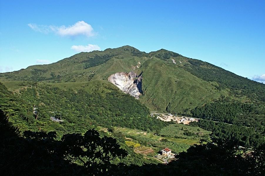中研院團隊經長期監測,近日在大屯山群大油坑附近發現深度約2公里、直徑500公尺的火山通道,建議未來可對此地區加強關注監測等防範措施。圖為大屯火山群最高峰七星山。(圖取自維基共享資源;作者:peellden,CC BY-SA 3.0)